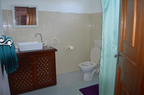 Bathroom Queue auberge paille en queue - flic-en-flac