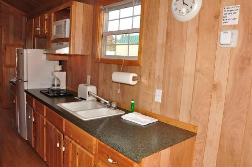 Arrowhead Camping Resort Deluxe Cabin 7 Douglas Center